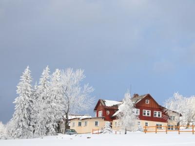 Centru obce se nachází několik lyžařských půjčoven